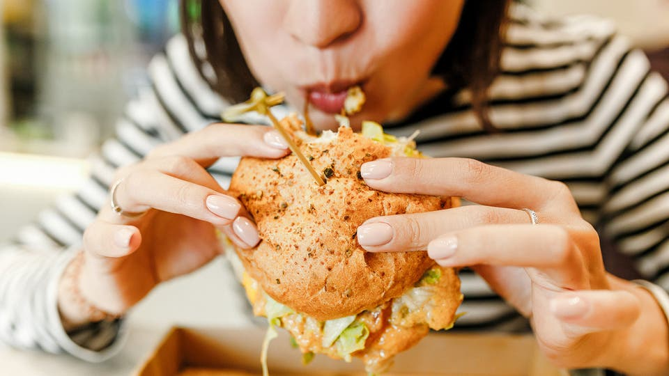 تحذير للسيدات.. الأغذية الغنية بالدهون تحد من نمو خلاياكن العصبية