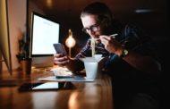 علاقة وثيقة بين مواقع التواصل وإضرابات الأكل لدى المراهقين