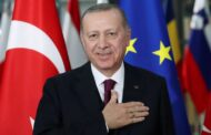 الرئيس التركي رجب طيب اوردغان يرعى كبار السن.